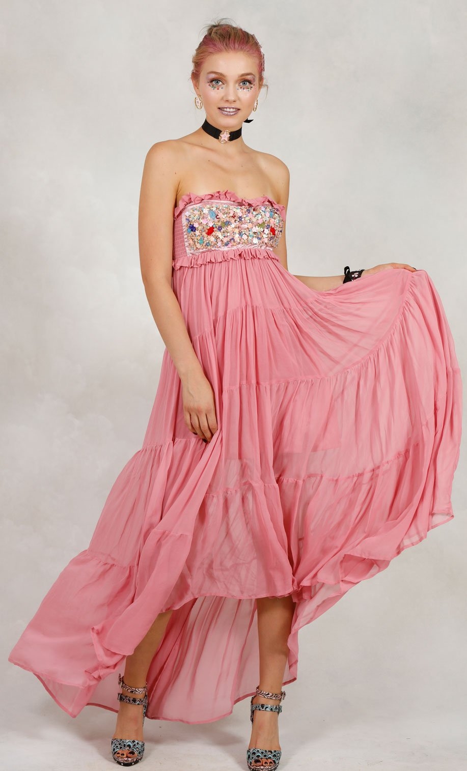 Atractivo Vestido De Novia Para La Boda En El Jardín Ornamento ...