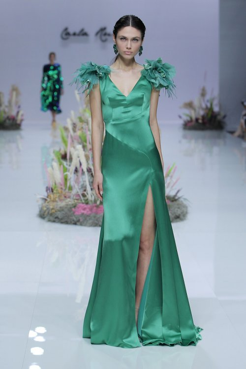 Vestido CARLA RUIZ Raso Hombreras Plumas 95776